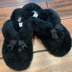 Black cozy flip flop style Ugg slippers